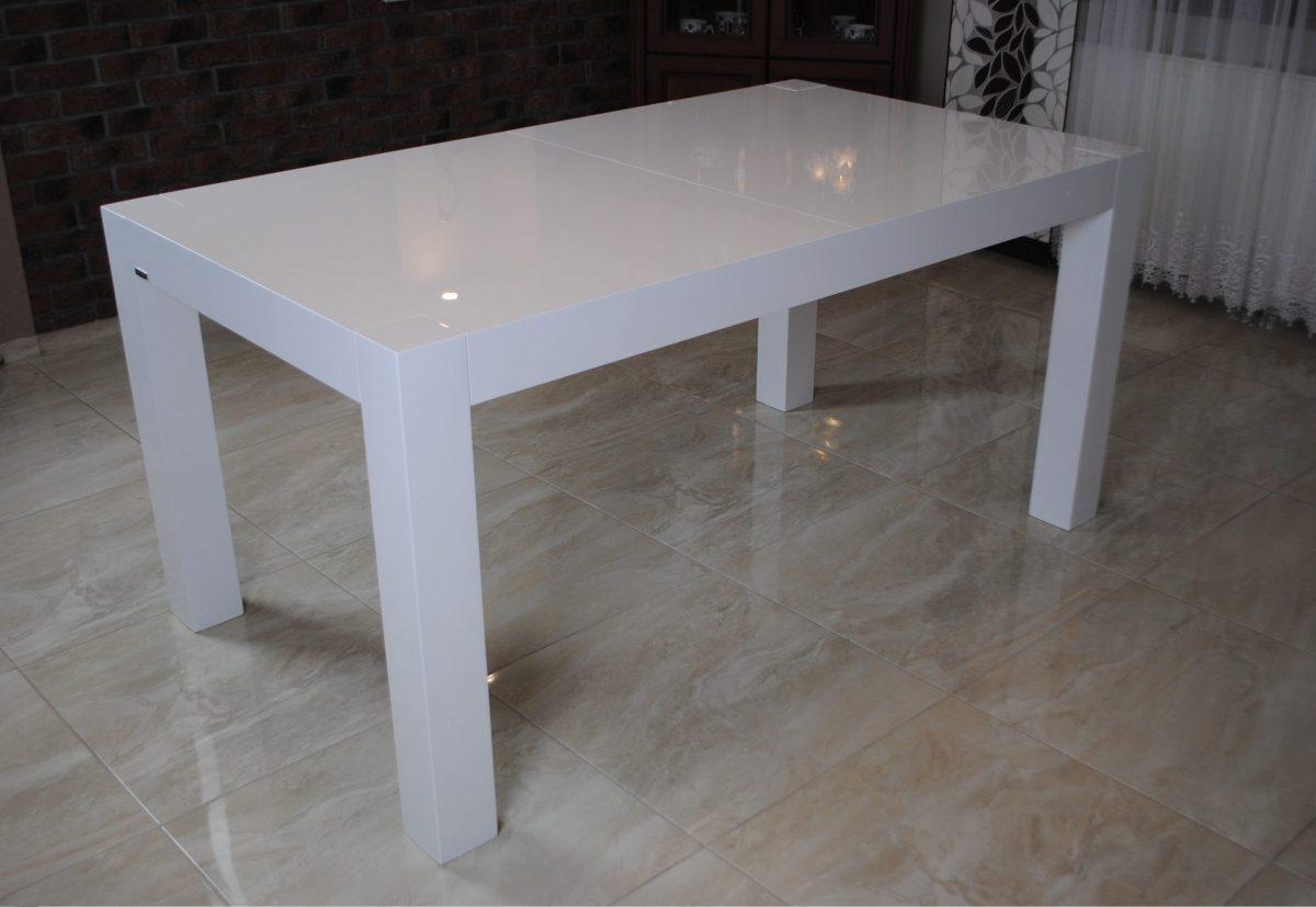 Stół z nogami w blacie