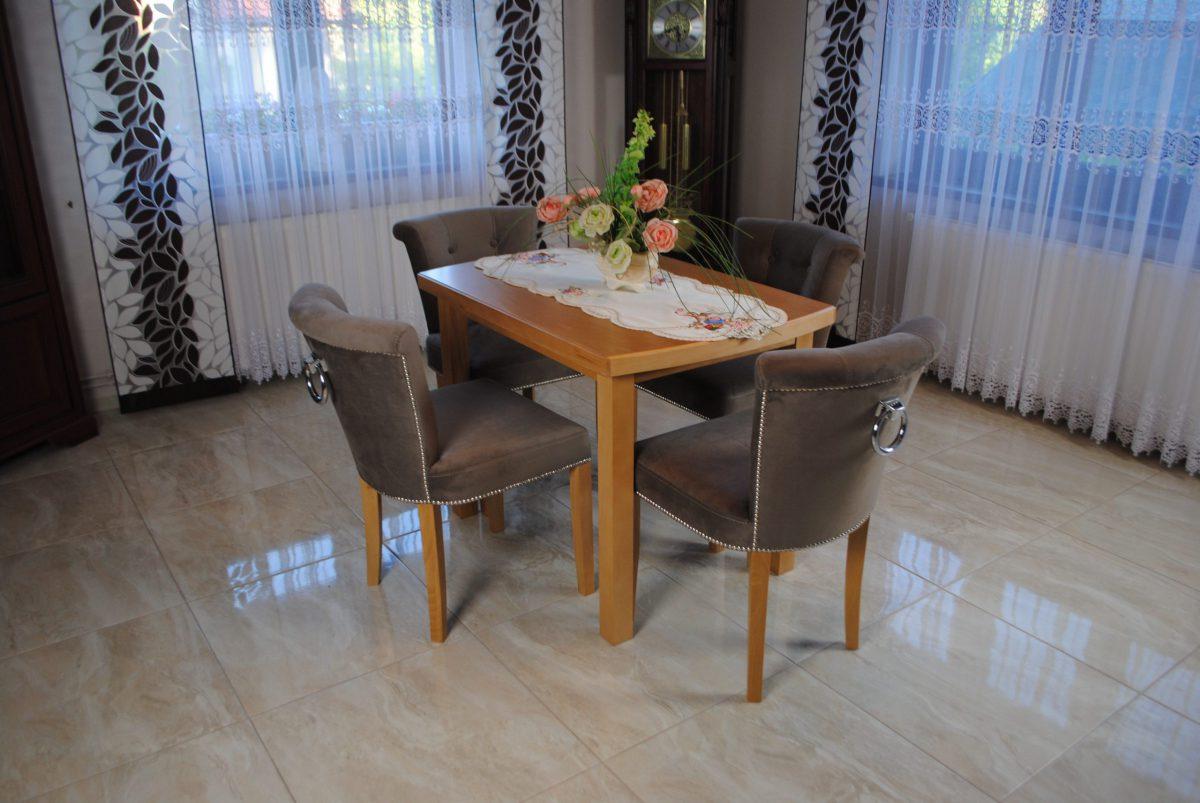 Zestaw nr 3 stół + krzesła pikowane z kołatką