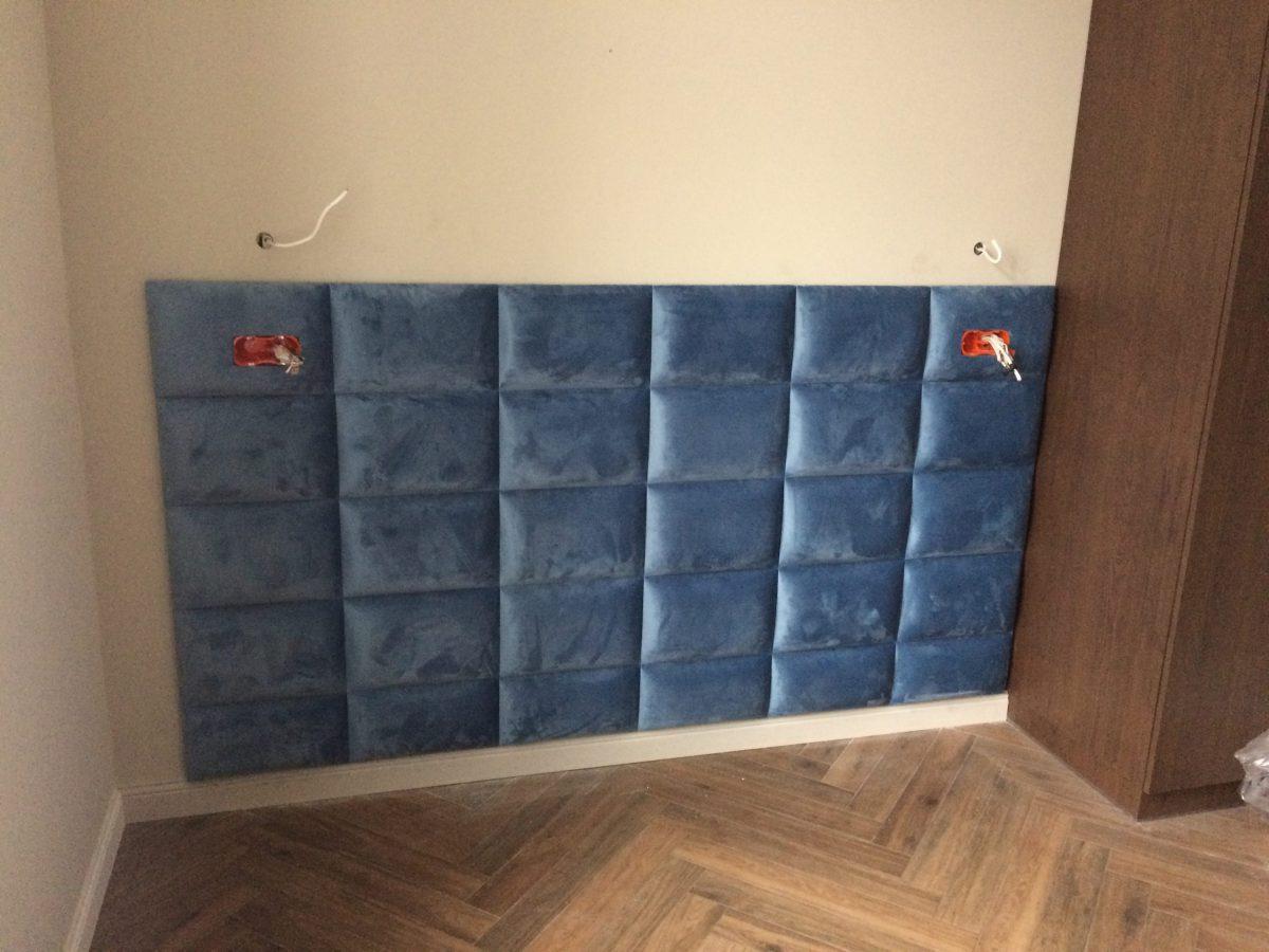 Wnęka z paneli tapicerowanych i siedziskiem